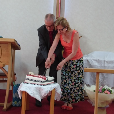 Keith and Liz cut cake